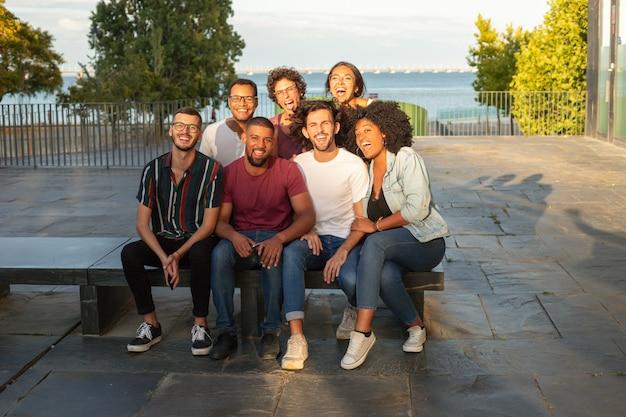 Retrato de grupo de alegres hombres y mujeres multiétnicos felices