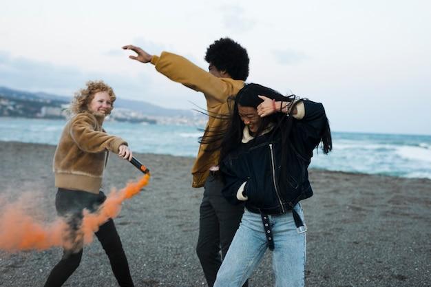 Retrato de grupo de amigos por la playa