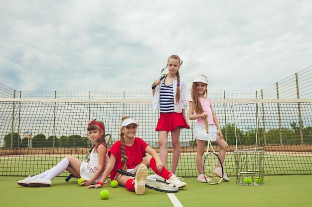 Retrato de un grupo de chicas como tenistas con raqueta de tenis