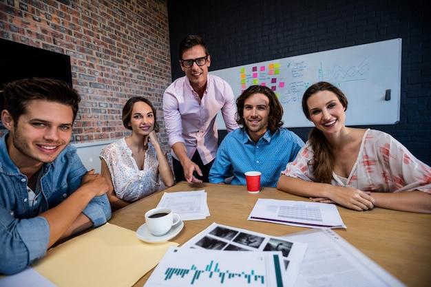 Retrato de un grupo de compañeros de trabajo durante la reunión