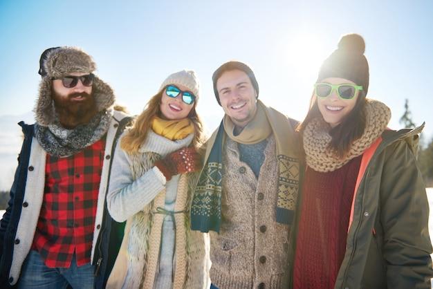 Retrato de grupo de cuatro amigos