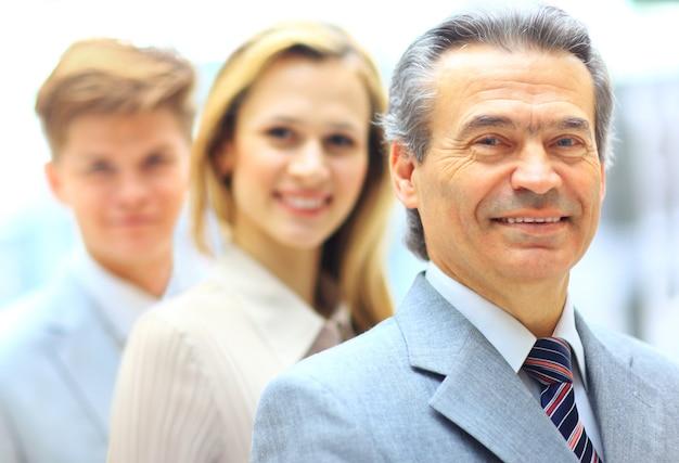 Retrato de grupo de un equipo empresarial profesional mirando con confianza a la cámara