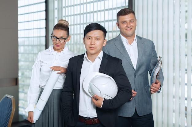 Retrato de grupo de un equipo profesional de negocios mirando con confianza a la cámara