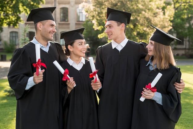Retrato de grupo de estudiantes celebrando su graduación