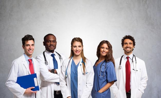 Retrato de un grupo de médicos sonrientes