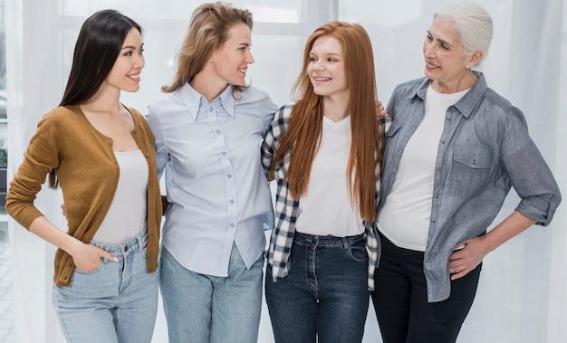 Retrato de grupo de mujeres juntas sonriendo