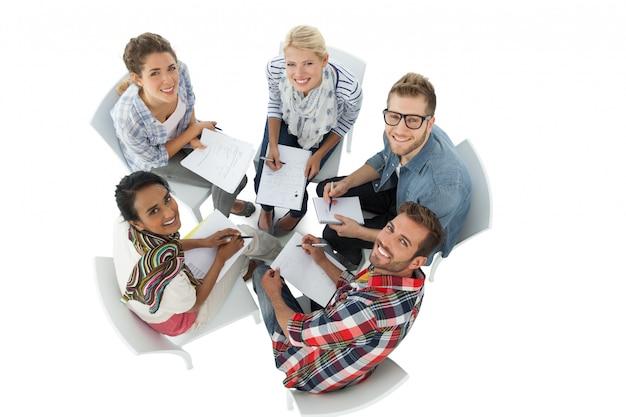 Retrato de grupo de personas casuales en reunión