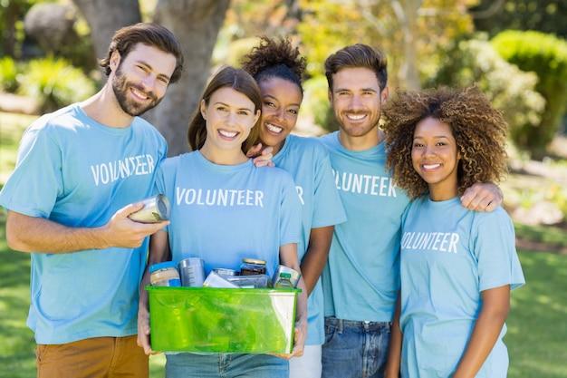 Retrato de grupo voluntario con caja