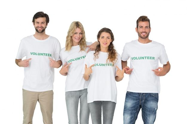 Retrato de grupo de voluntarios felices apuntando a sí mismos