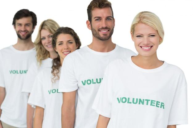 Retrato de grupo de voluntarios felices de pie en una fila