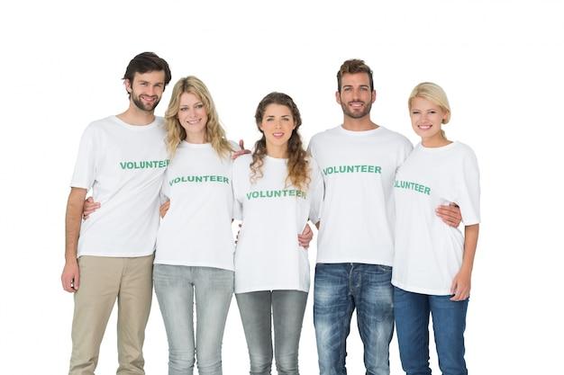 Retrato de grupo de voluntarios felices