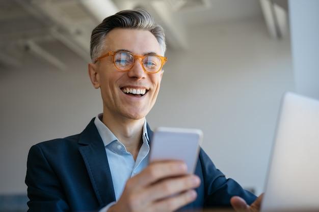 Retrato de guapo freelancer emocional recibir pago