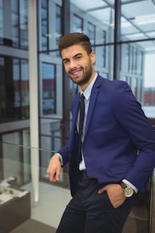 Retrato, de, guapo, hombre de negocios, posición