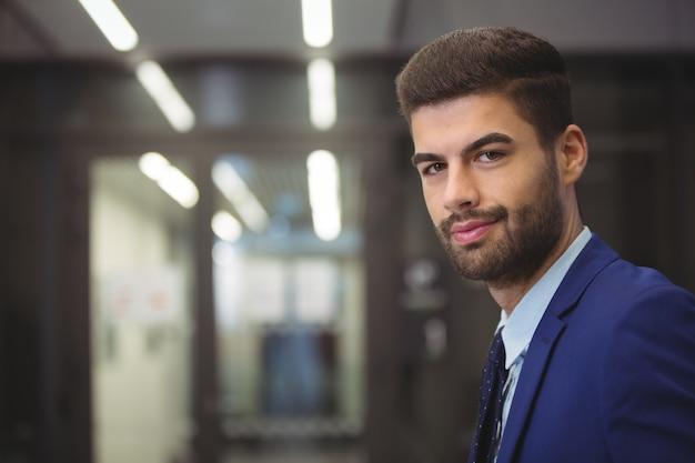 Retrato, de, guapo, hombre de negocios