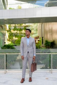 Retrato, de, guapo, joven, hombre de negocios africano, llevando, traje