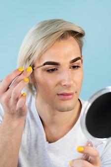 Retrato de guapo maquillaje masculino