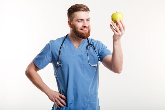 Retrato de guapo médico en bata azul