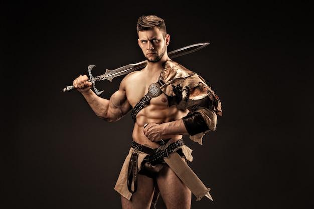 Retrato de guerrero enojado en ropa de cuero con espadas