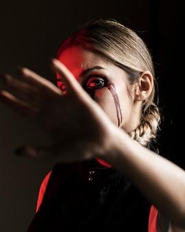 Retrato de halloween de mujer rubia