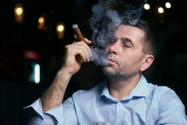 """Expresa tu momento """" in situ """" con una imagen - Página 2 Retrato-hansome-hombre-fumando-cigarros-bar-salon_130111-2273"""