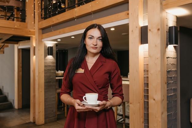 Retrato, hembra, camarera, servir café