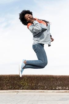 Retrato, hembra joven, saltar