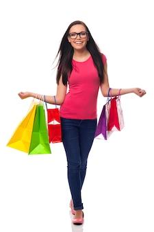 Retrato de hermosa adicta a las compras con bolsas de la compra.