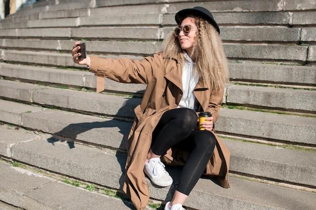 Retrato de hermosa adolescente tomando una selfie