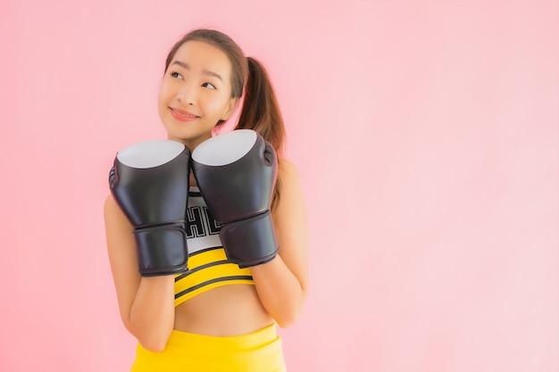 Retrato hermosa animadora joven asiática con acción de boxeo