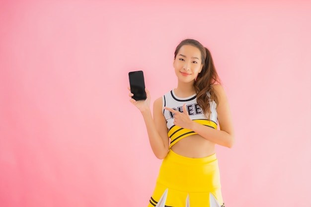 Retrato hermosa animadora joven asiática con teléfono móvil inteligente