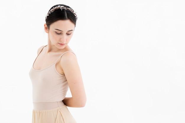 Retrato de la hermosa bailarina de ballet posando con gracia