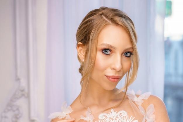 Retrato de una hermosa chica con maquillaje delicado y cabello. imagen de la novia.