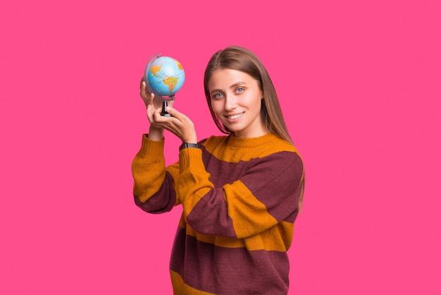 Retrato de una hermosa dama sosteniendo un pequeño globo terráqueo.