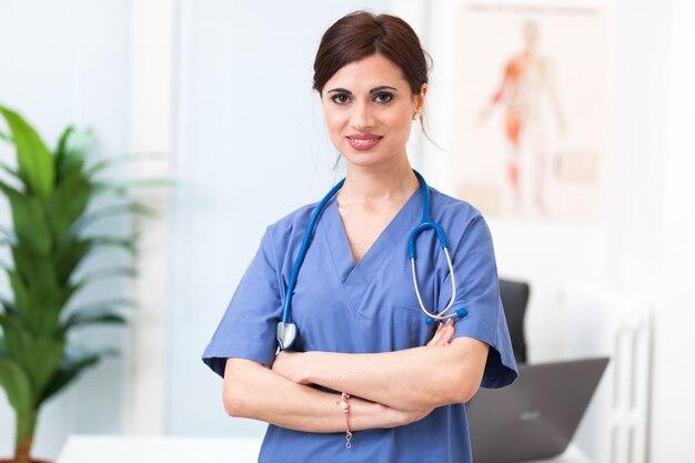 Retrato de una hermosa enfermera sonriente