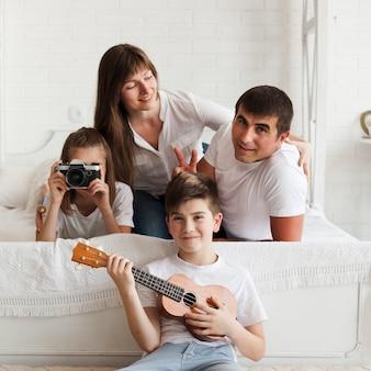 Retrato de hermosa familia feliz en casa