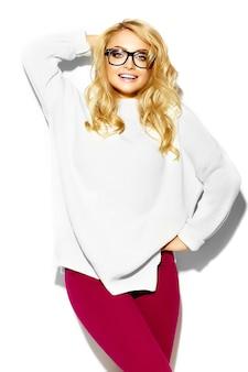 Retrato de hermosa feliz dulce linda mujer rubia sonriente mujer en ropa casual suéter blanco cálido hipster, en gafas