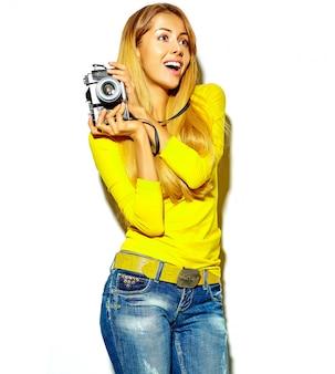 Retrato de hermosa feliz linda mujer rubia sonriente niña en ropa casual de verano toma fotos con cámara fotográfica retro