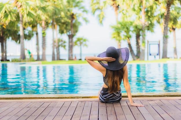 Retrato hermosa joven asiática alrededor de la piscina