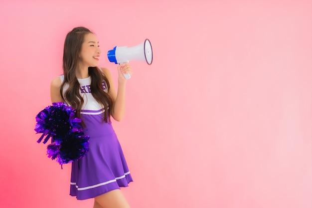 Retrato hermosa joven asiática animadora sonrisa feliz