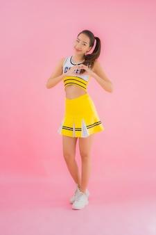 Retrato hermosa joven asiática animadora