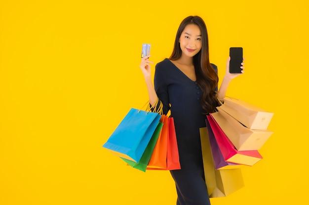 Retrato hermosa joven asiática con bolsa de compras