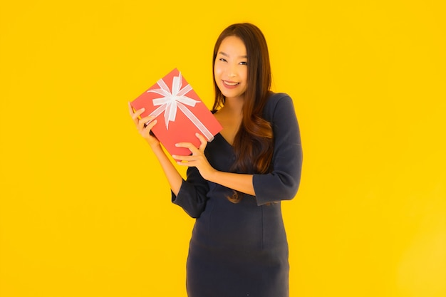 Retrato hermosa joven asiática con caja de regalo