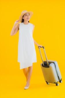 Retrato hermosa joven asiática concepto de viaje con equipaje