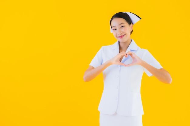 Retrato hermosa joven asiática enfermera tailandesa