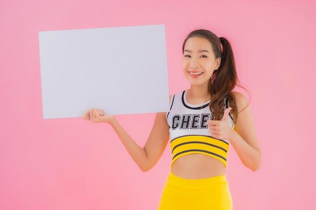 Retrato hermosa joven asiática mostrar cartelera vacía blanca