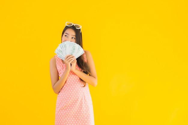 Retrato hermosa joven asiática con mucho dinero en efectivo
