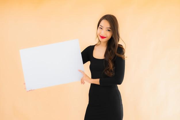 Retrato hermosa joven asiática muestran pizarra vacía