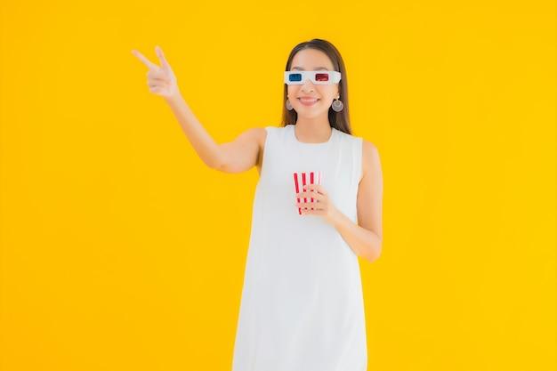 Retrato hermosa joven asiática con palomitas de maíz y anteojos 3d