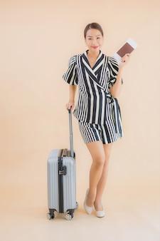 Retrato hermosa joven asiática con pasaporte de bolsa de equipaje
