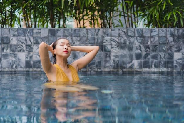 Retrato hermosa joven asiática relajarse ocio alrededor de la piscina